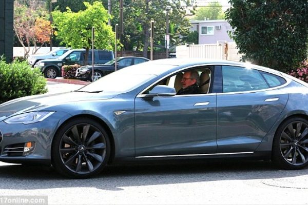 steven-spielberg-goes-green-drives-a-tesla-model-s-77932_1