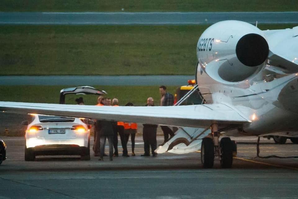 Elon atterra in Europa a bordo del Falcon